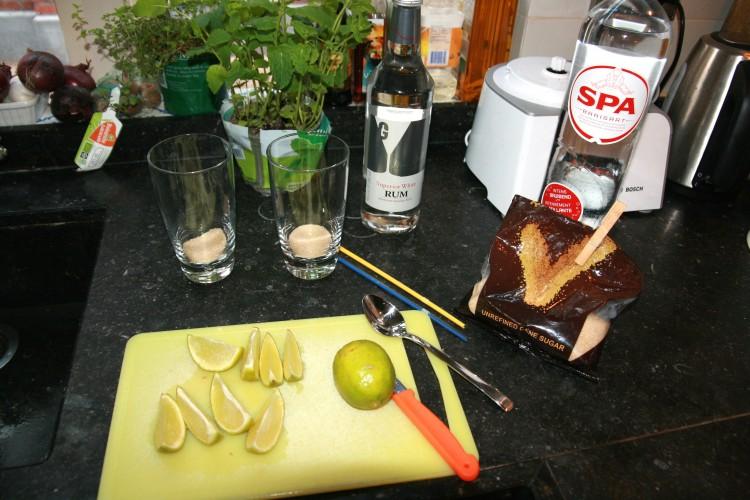 limoen snijden en muntblaadjes