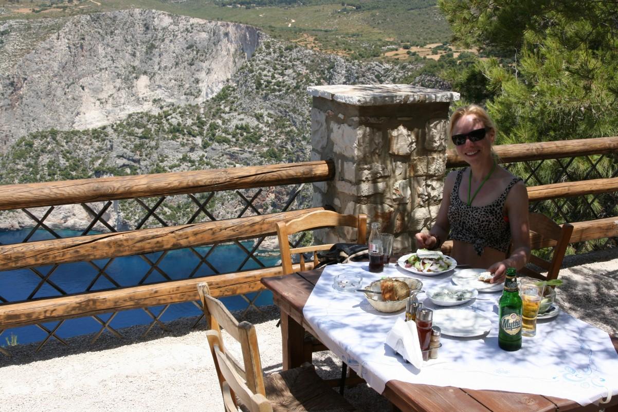 eten met uitzicht bij cross taverna Kempi Zakynthos