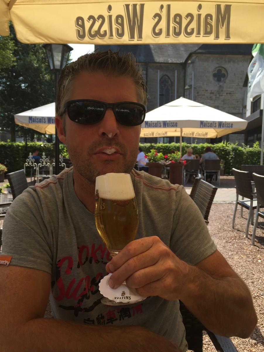 jur doet gek met een biertje