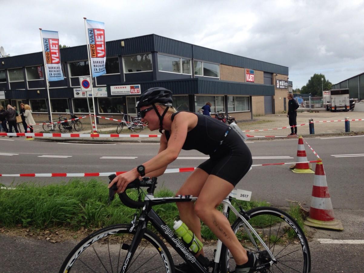 wielrennen triatlon bij kanaal Weesp