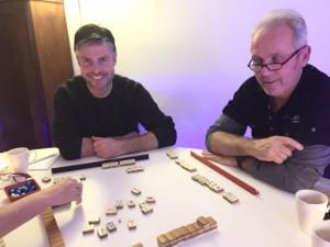 Spelletje Mahjong leren van vriend Henri.