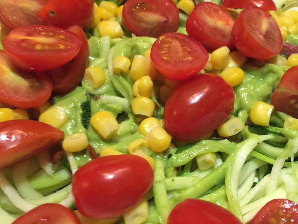 courgetti met avocadosaus en mais en tomaatjes recept miles&more