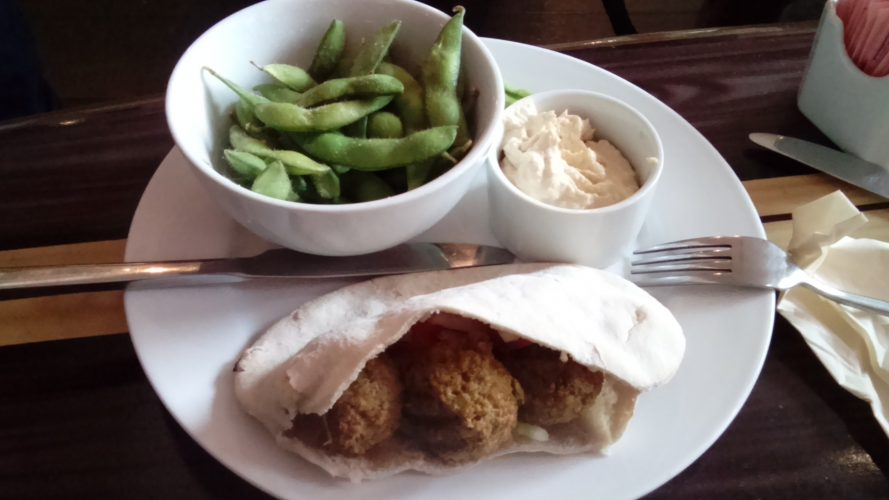 Falafel met humus en edamame boontjes bij Love Fit Cafe - vegan