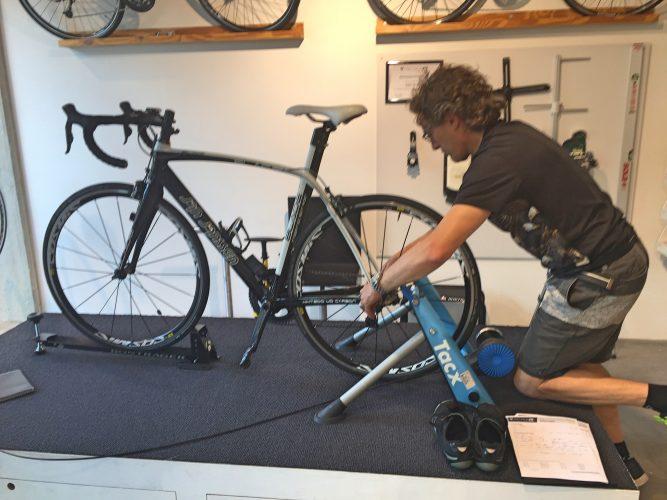 bikefit Auke is bezig met mijn fiets