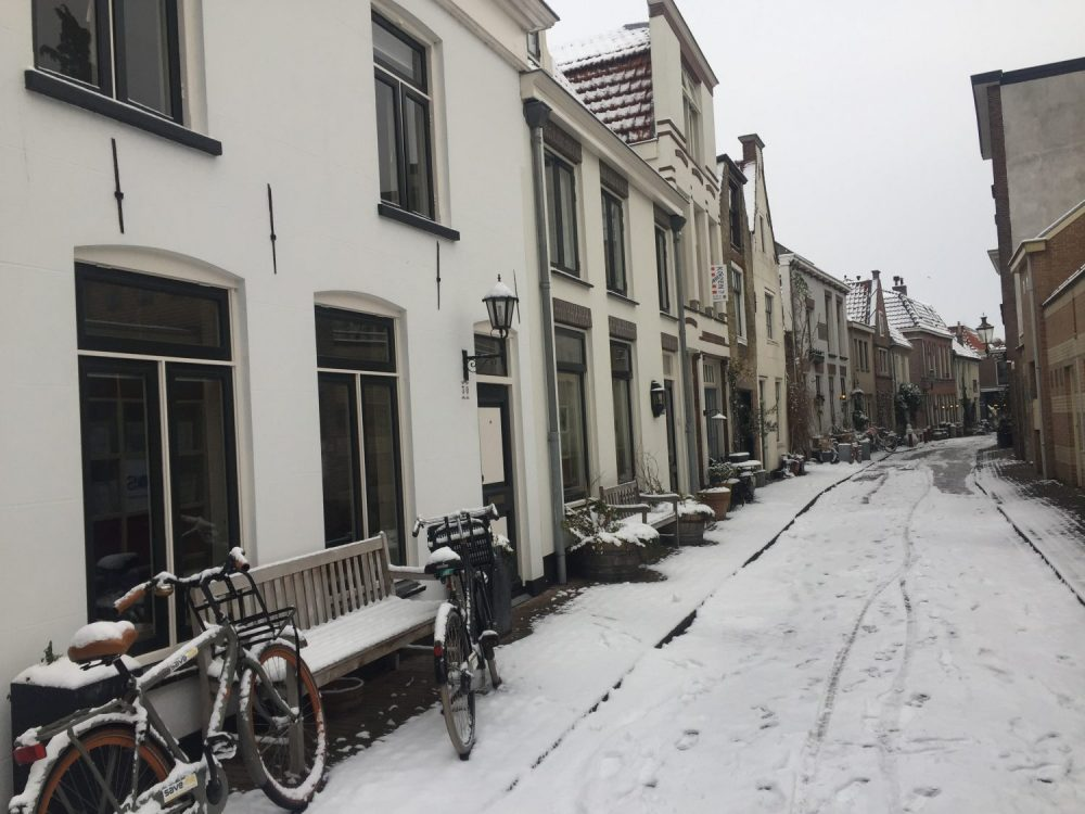 onze fijne middenstraat in Weesp in de sneeuw
