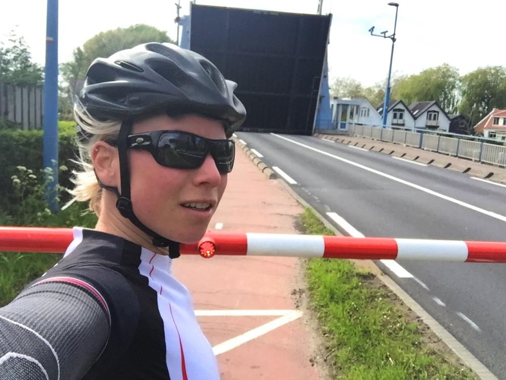 fietsen en wachten op een open brug