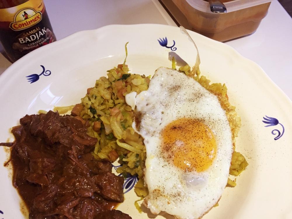 nasi met stoofvlees en een gebakken eitje
