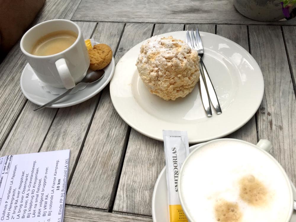 koffie en hazelnootschuimgebak om te delen
