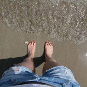 voeten in het zand en zee