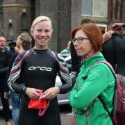 Nora en Gonda bij Weespernieuws triatlon 2016 Weesp