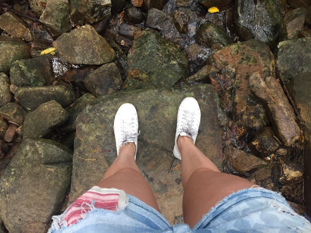 op een watervalletje onderweg