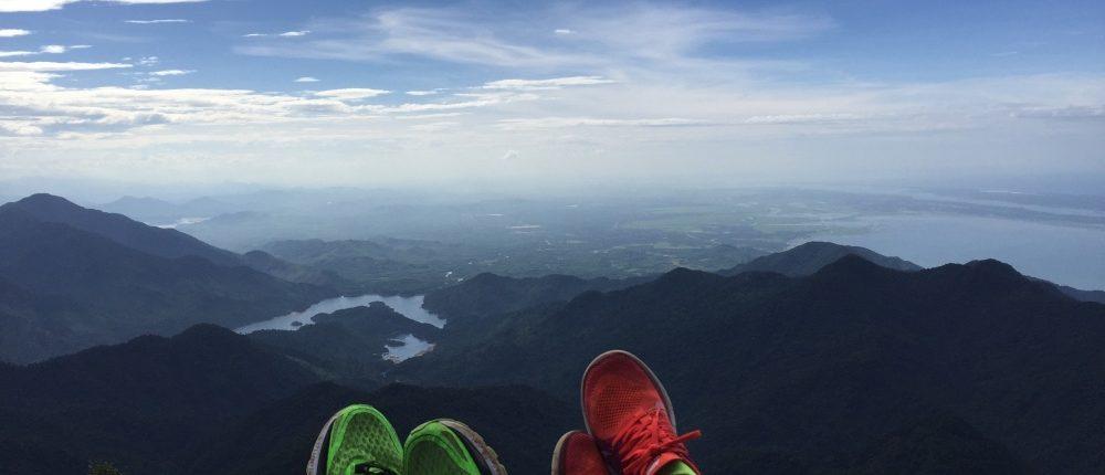 voeten met uitzicht vanaf Bach Ma