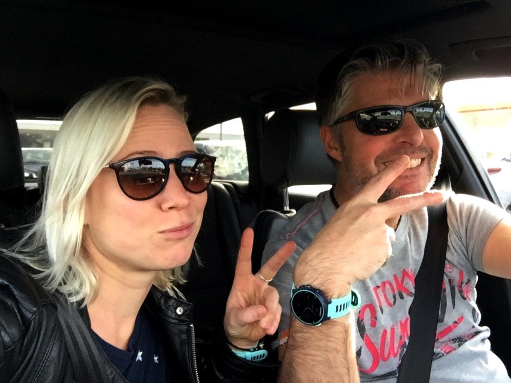 coole gasten in een coole auto