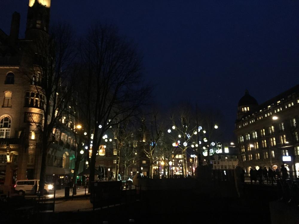 Wandelen door Amsterdam op weg naar terrorfysio