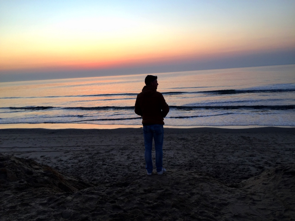 Jur op het strand bij zonsondergang