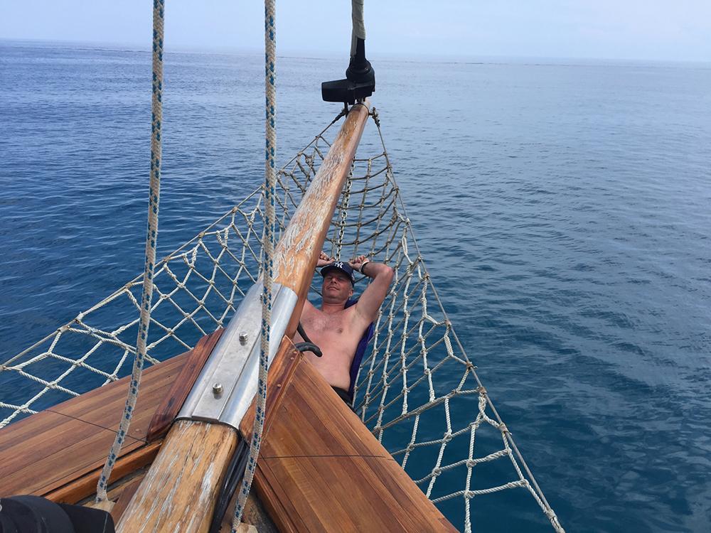 Jur chillt tijdens de pre-honeymoon op de boot bij Kleftiko