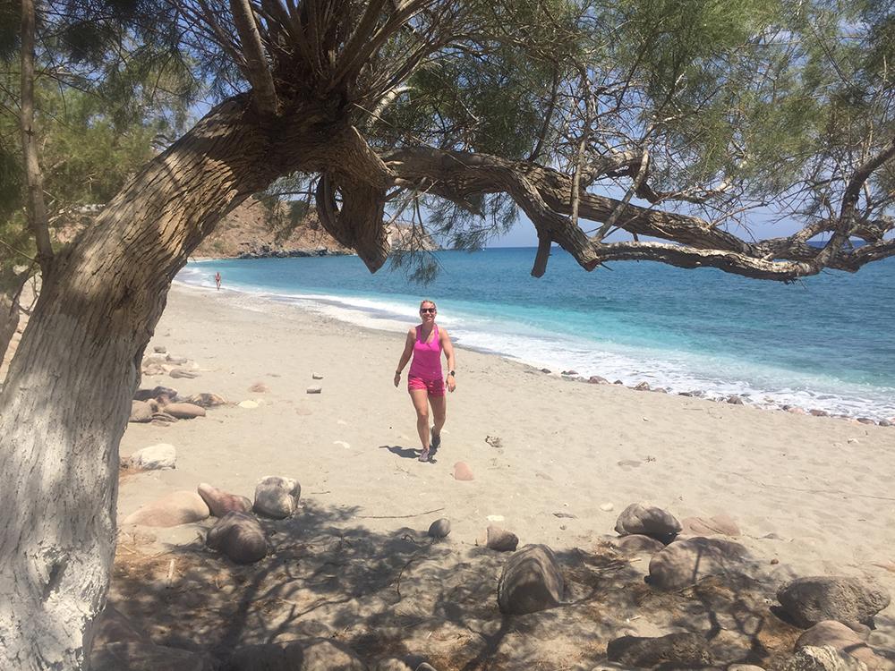 op tropisch strand aan anderekant eiland