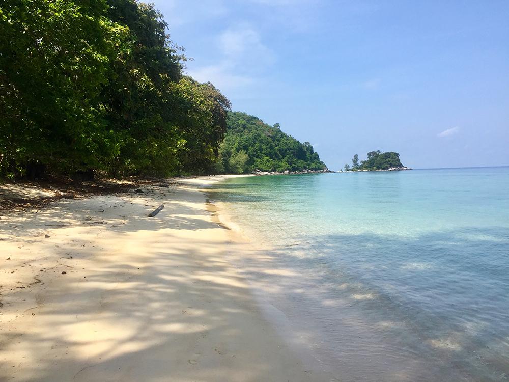 een verlaten strand op Tioman